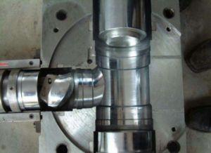 instalação de tubo de drenagem de PVC com espiral mudo o T do Molde