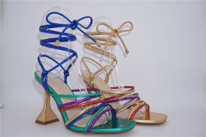 Señoras sandalias de moda.