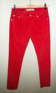 女性のジーンズの偶然の動悸