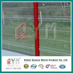 電流を通され、PVCコーティングによって溶接される金属の塀金網
