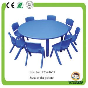 Kind-runder Plastiktisch und Stühle