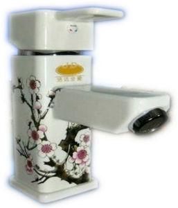 陶磁器の塗られた単一のレバーの洗面器のコック