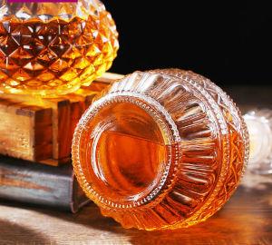 Bottiglia di vino di vetro prismatica con il coperchio di vetro