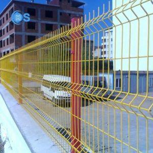 粉は3Dによって溶接された金網の塀に塗った