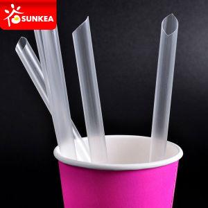 El consumo de pajuelas de cuchara de plástico con una cuchara