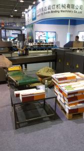 A cola quente automática de linha de produção de cadernos de exercícios
