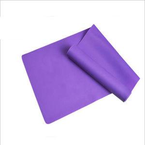 Fascia elastica di forma fisica di esercitazioni delle donne di yoga di resistenza di stirata del corpo