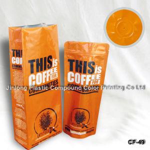 벨브 1회분의 커피 봉지를 위로 서 있으십시오