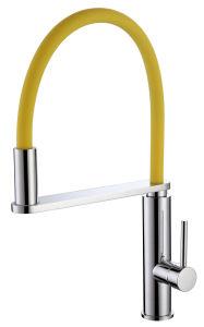 Rubinetto universale della cucina con il tubo del silicone nei colori differenti