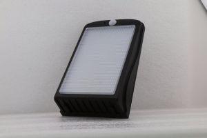 屋外の庭の塀の壁LEDの太陽動きセンサーライト
