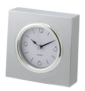 Reloj de alarma de metal plateado cuadrado