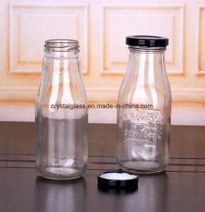 Soem trinkt Glasflasche mit Kappe