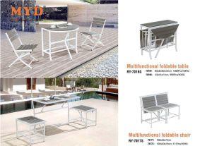 灰色屋外の折られた表および椅子