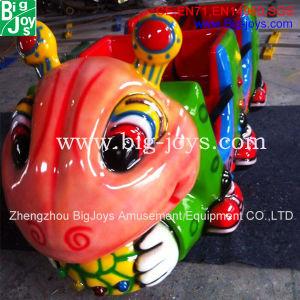 As crianças em brinquedos do parque de diversões eléctrico via comboio