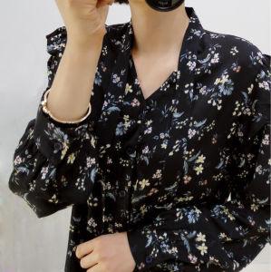 Piccole camice comode floreali nere alla moda delle signore