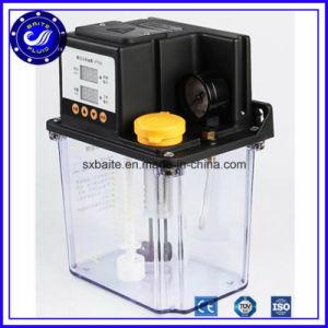 La mano de la bomba de lubricación de aceite para lubricar la bomba del sistema