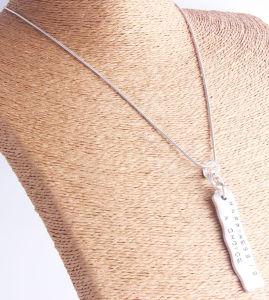 De gepersonaliseerde Hand Gestempelde Halsband van de Staaf, de Unieke Anti Zilveren Halsband van de Tegenhanger van de Verklaring, Geluk is een Keus