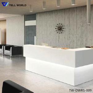 Ослепительно белый салон красоты индивидуального дизайна со стойкой регистрации