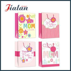 La timbratura rovente personalizza il sacchetto di carta poco costoso del regalo stampato marchio