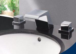 二重ハンドルが付いている滝のタイプ洗面器のコック