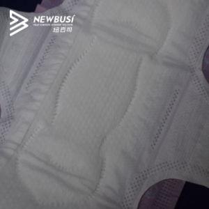 浮彫りになる穴があいた綿の表面によって飛ぶ小型生理用ナプキン