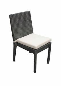 椅子を食事する現代ホテルの庭の家具の藤