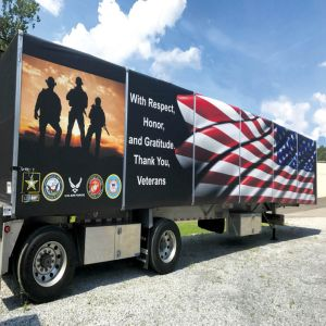 軍隊の緑のカンバス地のシート、キャンバスのトラック