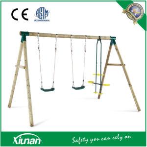Giro de madeira redonda definido para 3 e 4 crianças no jardim