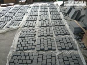 De opgepoetste zwarte steen van kiezelstenen voor het bedekken van