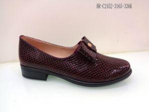 女性のためのヘビプリント革靴