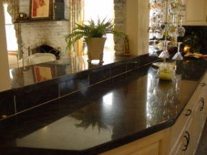 台所または浴室のための黒い花こう岩の石の虚栄心の上かカウンタートップ