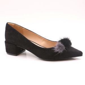 上品な女性のがっしりしたかかとの黒の低いかかとの靴