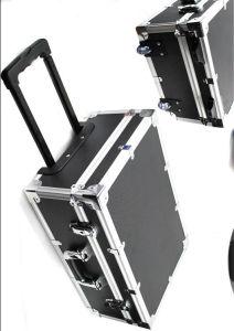車輪が付いている黒いアルミニウムトロリー道具箱