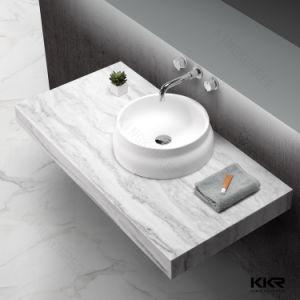 Compteur de surface solide artificielle au-dessus de la pierre du bassin de la salle à manger