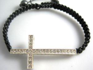 De zwarte die Armband van de Kabel met Kruis op Regelbaar Koord (SHA1273) wordt geknoopt