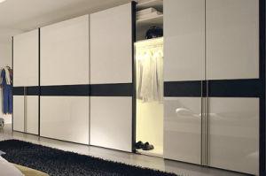 De moderne garderobe van de muur van het meubilair van de slaapkamer