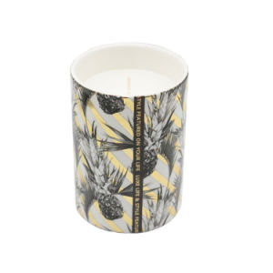 Ароматические свечи в керамические чашки с табличкой бумаги для интерьера