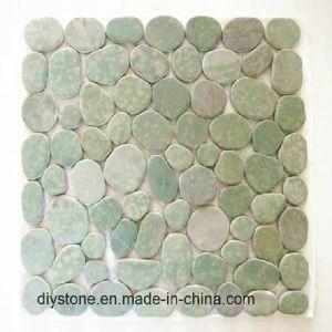緑の円形の小石の石の花こう岩のタイル