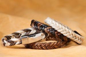 De Vlechten en de Armbanden van het Haar van het paard