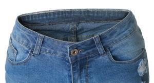 偶然の女性の荒い耳によって裂かれる短いデニムのジーンズ
