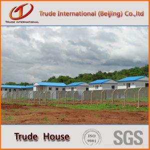 軽い鉄骨構造の移動式かモジュラー建物か組立て式に作られるか、またはプレハブのキャンプグループの家
