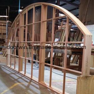 Janela de design em arco com barras Colonial