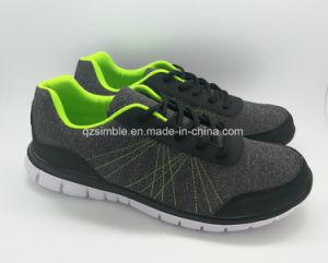 ジャージーの甲革が付いている人のスポーツの運動靴