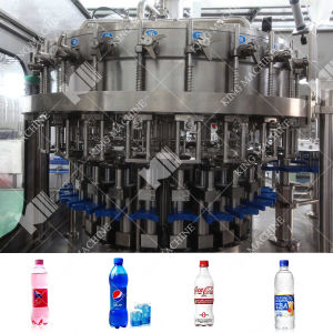 炭酸清涼飲料の満ちるパッキングライン