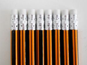 消す物の木の鉛筆が付いているしまのある鉛筆の十六進鉛筆