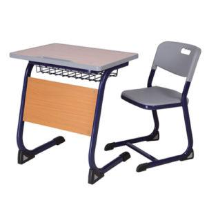 表が付いている中学校学生の単一の椅子