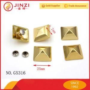 ピラミッドの形のさまざまなサイズの金属のスタッド