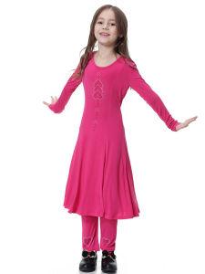 소녀 바지와 Abaya 복장을 입어 회교도 여자