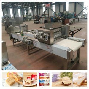 A nata preenchido as folhas de wafers fazendo a máquina