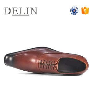 2018台の人のための新しい形態上の人の服の靴革の履物